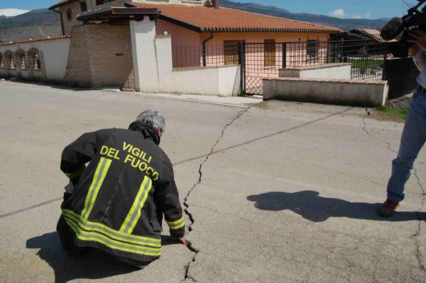 terremoto abruzzo l'aquila 6 aprile 2009 faglia di onna