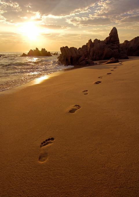 impronte sabbia percorso cammino vita memoria passato presente futuro Dio oltre spiritualità